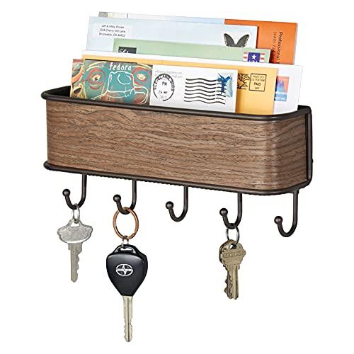 mDesign Colgador de llaves con estante para uso variado - organizador de llaves en metal resistente mate con detalles en madera de nogal - con práctico estante para correo, revistas y celulares