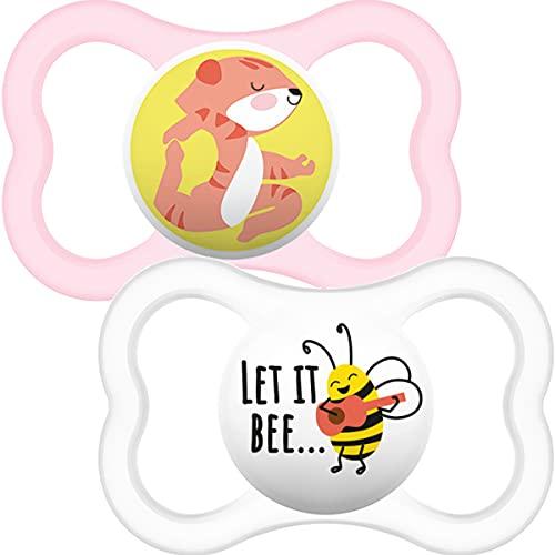 MAM Chupetes de aire de 12 meses + (paquete de 2), que brillan en la oscuridad con estuche de viaje autoesterilizante, esenciales para recién nacidos, rosa (los diseños pueden variar)