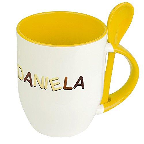 Namenstasse Daniela - Löffel-Tasse mit Namens-Motiv Schokoladenbuchstaben - Becher, Kaffeetasse, Kaffeebecher, Mug - Gelb
