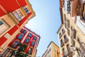 Casas en el casco antiguo de Madrid, de la bandera de España,.., en (80882147), lona, 140 x 90 cm: Amazon.es: Hogar