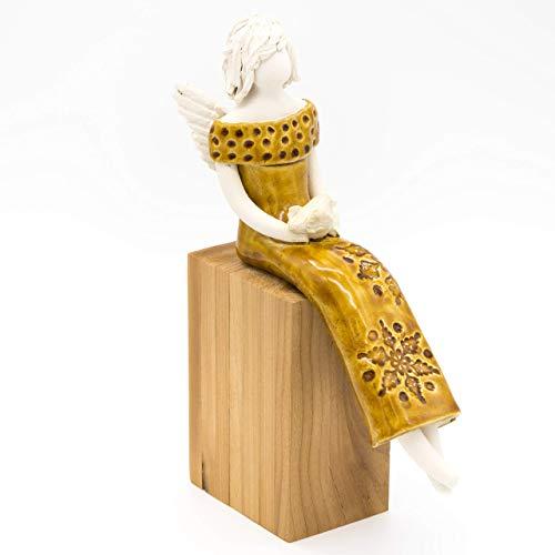 Sitzender Engel aus Keramik, auf einem Holzsockel, mit einem Vogel auf dem Schoß, in einem cognacfarbenen Kleid, mit Sternen- Pünktchenprägung, handgemachte Figur, Skulptur, Schutzengel