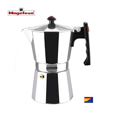 MAGEFESA Colombia – La cafetera MAGEFESA Colombia está Fabricada en Aluminio Extra Grueso. Pomo y Mangos ergonómicos de bakelita Toque Frio. (Aluminio, 6 Tazas)