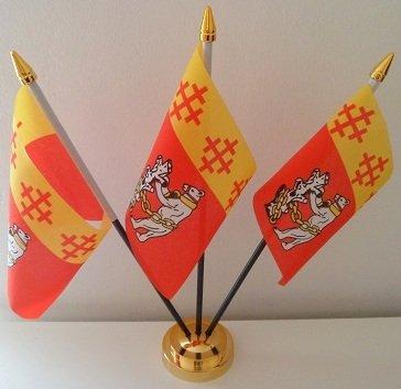 Județ de Warwickshire située 3 drapeau affichage de bureau avec Base dorée