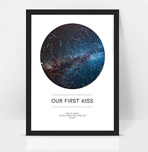 Gepersonaliseerd 'Onze eerste kus' jubileum/bruiloft - Gift Star MAP/Constellation Night Sky Print - Verjaardagscadeau/Valentijnsgeschenk A4 Kleur: wit
