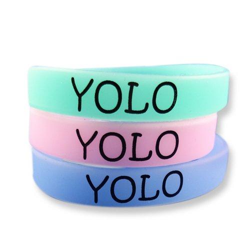 EKNA 3er-Set Fitness Armband mit Text Gravur YOLO zur Motivation - Silikonarmbänder in blau grün pink mit Leuchteffekt - Glow in The Dark Wristbands