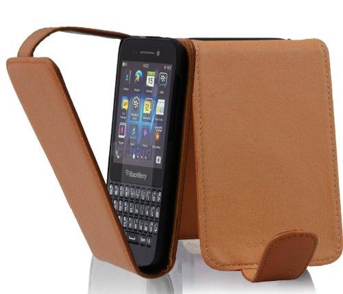 Cadorabo Hülle für BlackBerry Q5 - Hülle in Cognac BRAUN – Handyhülle aus Strukturiertem Kunstleder im Flip Design - Hülle Cover Schutzhülle Etui Tasche