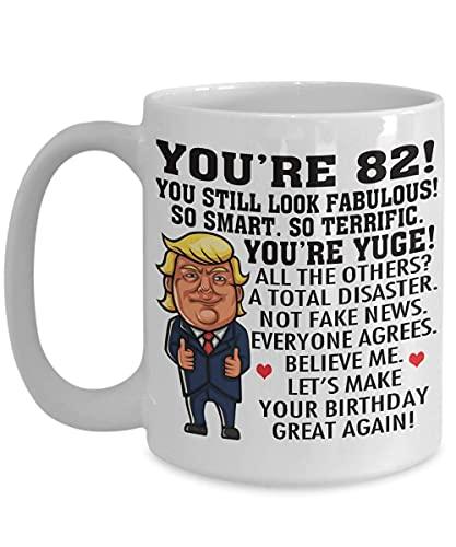 Donald Trump - Taza de café de cumpleaños de 82 años, eres Yuge, tan inteligente, tan fabuloso, con un aspecto fabuloso, idea de regalo de cumpleaños número 82 para hombres, mujeres, taza de té para é