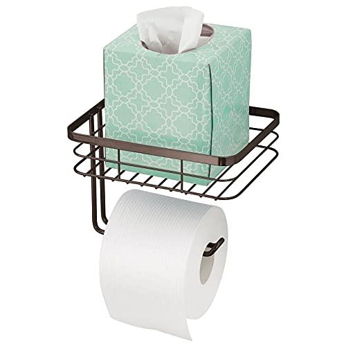 mDesign Portarrollos de papel higiénico con bandeja – Práctico portarrollos de baño de alambre metálico con estante para colocar toallitas o revistas – Moderno portarrollos de pared – color bronce