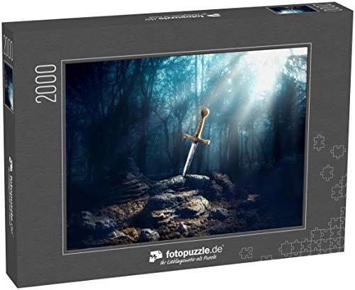 fotopuzzle.de Puzzle 2000 Teile Kontrastreiches Bild von Excalibur, Schwert im Stein mit Hellen Strahlen und Staubkörnern in einem dunklen Wald