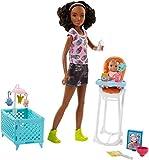 Barbie Famille coffret poupée Skipper baby-sitter aux cheveux bouclés, avec figurine de bébé brun et accessoires, jouet pour enfant, FHY99