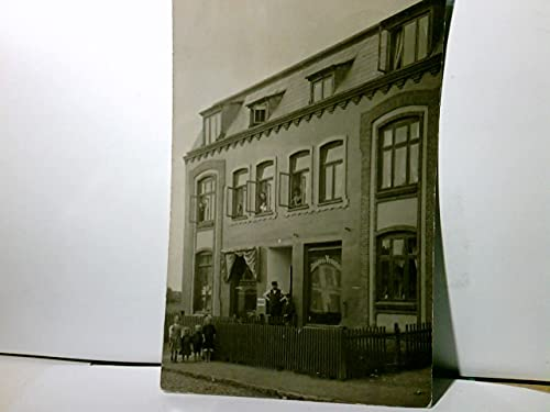 Alte Ansichtskarte / Postkarte s/w. gel. 1911, Poststempel Flensburg. Gebäudeansicht. Schlachterei u. Wurstmacherei, Mann u. Kind im Eingang, Frauen an den Fenstern, Kinder vor dem Zaun, Werbeschi ...