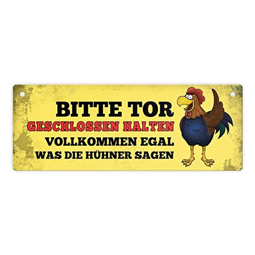 trendaffe - Metallschild Dangler mit Hahn Motiv und Spruch: Bitte Tor geschlossen halten egal was die Hühner Sagen