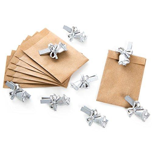 8 braune Mini-Papiertütchen (6,3 x 9,3 cm) mit silbernen Holzklammern Schleife & Glöckchen (4,5 cm); perfekt als Verpackung zum Wichteln, für kleine Geschenke und Mitbringsel!
