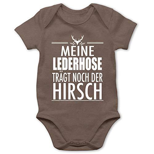 Shirtracer Oktoberfest Baby - Meine Lederhose trägt noch der Hirsch - weiß - 3/6 Monate - Braun - Statement - BZ10 - Baby Body Kurzarm für Jungen und Mädchen
