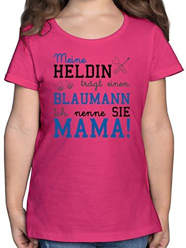 Sprüche Kind - Meine Heldin trägt einen Blaumann Mama - 128 (7/8 Jahre) - Fuchsia - blaumann rosa - F131K - Mädchen Kinder T-Shirt