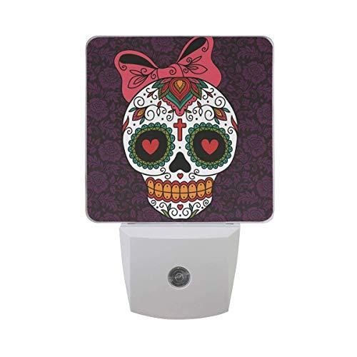 Mexikanisches Zuckerschädel-Mädchen-Nachtlicht-Set von 2 Auto-Sensor-Dämmerung zum Morgengrauen-Licht, lila Nachtlicht-Stecker im Innenbereich