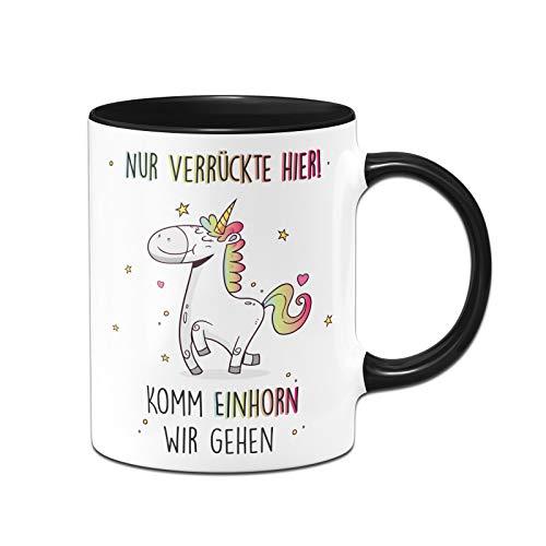 Tassenbrennerei Tasse mit Spruch Nur verrückte Hier! Komm Einhorn wir gehen - Kaffeetasse lustig - Geschenke Kollegin - Spülmaschinenfest (Schwarz)