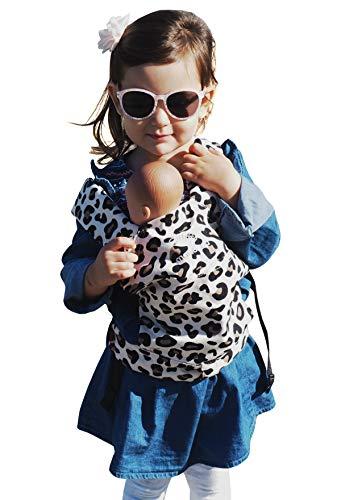 manduca Puppentrage (Doll Carrier) Puppentragetasche für Baby-Puppen & Stofftiere, Babytrage für Teddys, Biobaumwolle, Geschenkkarton, Puppenzubehör, für Kinder ab 18 Monaten (Leo)