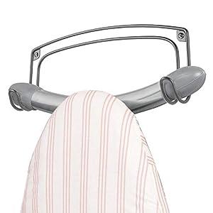 mDesign Soporte de pared para tabla de planchar – Colgador de metal para planchador con dos ganchos – También puede usarse como perchero o toallero – gris oscuro