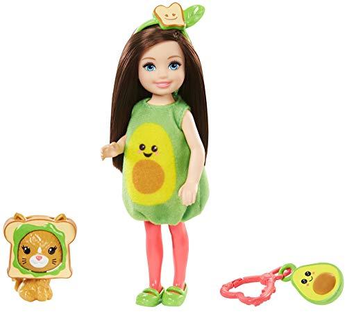 Barbie GJW31 - Club Chelsea Puppe (brünett) im Avocado-Kostüm, mit Kätzchen und Accessoires, Spielzeug ab 3 Jahren
