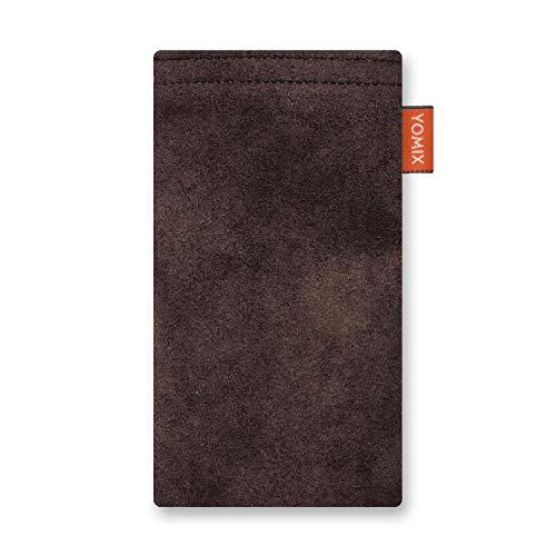 YOMIX Hugo Schoko Handytasche Tasche für LG Q7 Alfa aus Alcantara® mit Microfaserinnenfutter | Hülle mit Reinigungsfunktion | Made in Germany