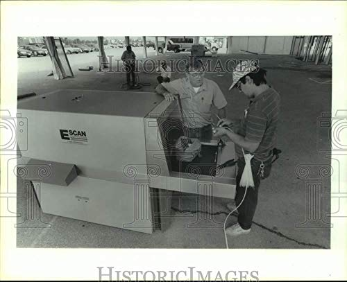 Read About 1992 Press Photo Installing security scanner at Astrodome for GOP convention, TX