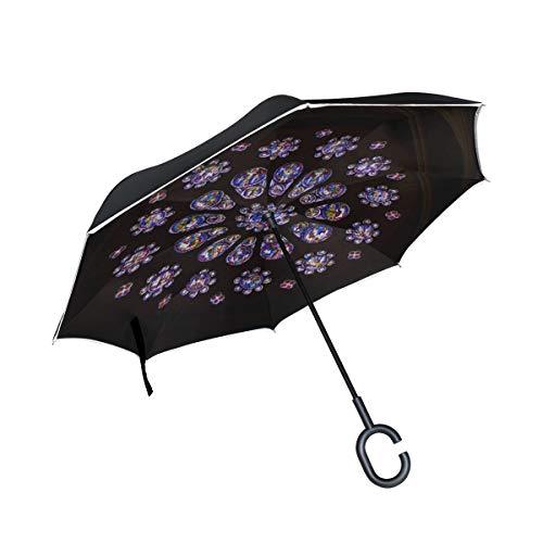 El paraguas invertido de doble capa es ligero y resistente Chartres Francia 23 de abril Ventanas de vidrieras antiguas Paraguas inverso y paraguas a