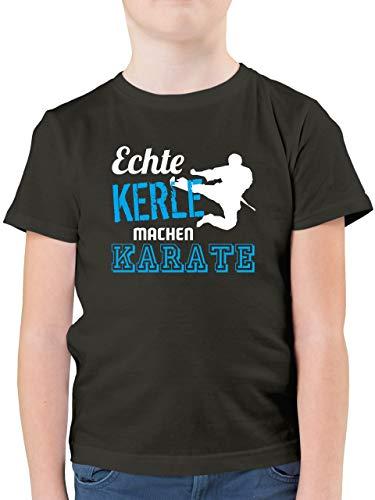 Sport Kind - Echte Kerle Machen Karate - 140 (9/11 Jahre) - Anthrazit - T-Shirt - F130K - Kinder Tshirts und T-Shirt für Jungen