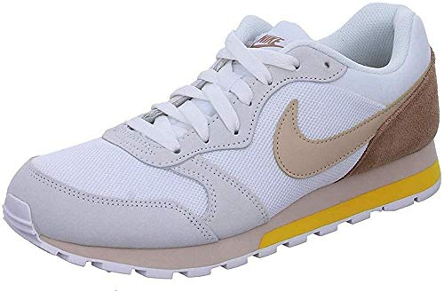 Nike MD Runner 2, Zapatillas para Mujer, Polvo Blanco/fósil del Desierto de Piedra, 38.5 EU