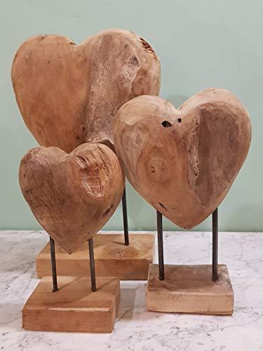 Teak Hart Solit Large,Afm:40Hx25Bx10cm, Ornament in Hartvorm, gemaakt van massief teakhout. Het ornament staat op twee ijzeren pinnen, bevestigd op een houten voet. Door het gebruik van natuurlijk materiaal, is elk exemplaar uniek. Dit ornament heeft een mooie robuuste uitstraling.