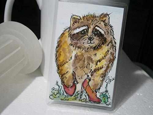 Waschbär in Pumps tierischer Schuhtick handgemalt 54 x 86 Millimeter Aquarell Miniatur laminiert Lesezeichen Geschenk