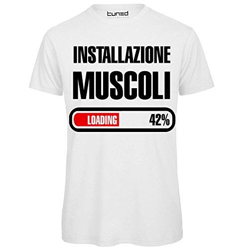 CHEMAGLIETTE! T-Shirt Divertente Uomo Maglietta Frase Simpatica Palestra Installazione Muscoli Tuned, Colore: Bianco, Taglia: L