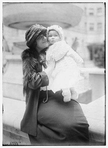 HistoricalFindings Photo: Braslau,Women,Children,Water Fountains,Pools,Outdoors,Babies,Bain News Service