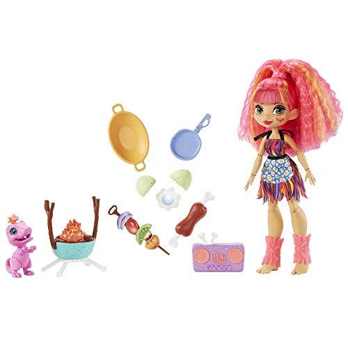 Cave Club GNL96 - Grillspaß Spielset mit Emberly Puppe (25,4 cm, pinkes Haar), Haus-Dinosaurier und Zubehör rund ums Kochen, Reise in die Vergangenheit, Spielzeug ab 4 Jahren