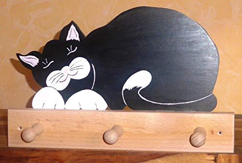 Kindergarderobe liegende Katze