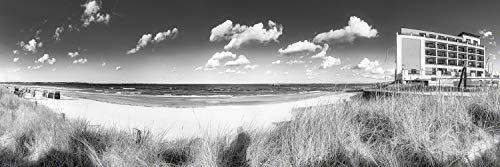 Voss Fine Art Photography Leinwandbild 90 x 30cm. Strandpanorama von Scharbeutz mit Strandkörben und Bayside Hotel. Schwarz-weiß Bild. Panorama Foto als Leinwand Wandbild.