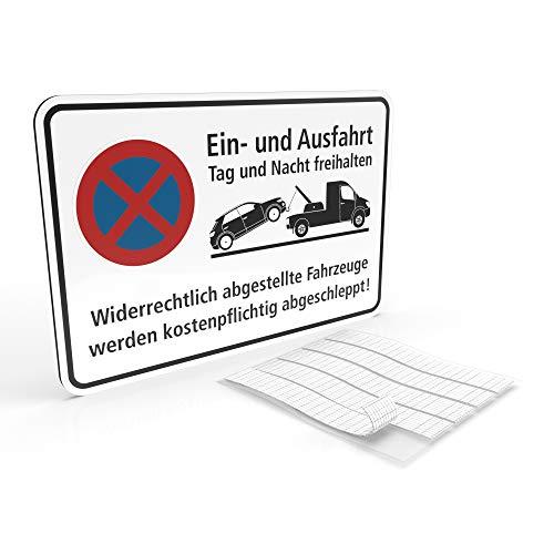 Betriebsausstattung24® Hinweisschild Ein- und Ausfahrt Tag und Nacht freihalten - Falschparker werden abgeschleppt   BxH 30,0 x 20,0 cm   Aluminium Verbundplatte   Weiß