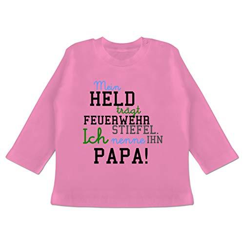 Feuerwehr Baby - Mein Held Papa Feuerwehr Junge - 12/18 Monate - Pink - Mein Held trägt Feuerwehrstiefel ich nenne ihn Papa - BZ11 - Baby T-Shirt Langarm
