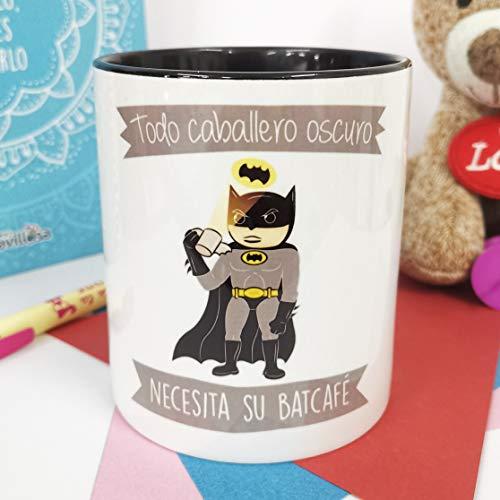 La Mente es Maravillosa - Taza con Frase y dibujo. Regalo original y gracioso (Todo caballero oscuro necesita su batcafé) Taza Batman