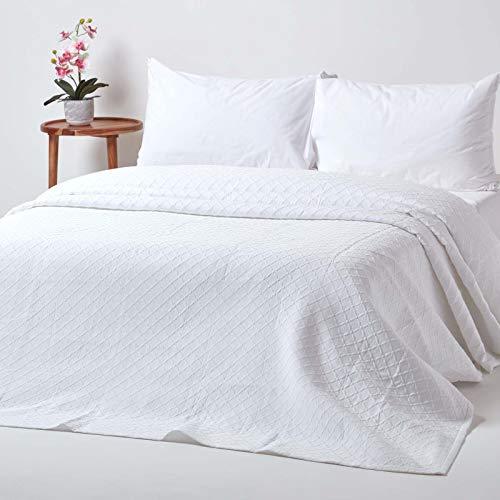Homescapes weiße Tagesdecke mit Diamant-Muster, klassischer Bettüberwurf 230 x 260 cm im Matelassé-Erscheinungsbild, 80prozent Baumwolle, 20prozent Polyester