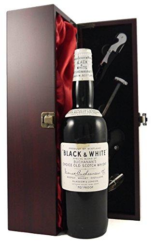 Black and White Buchanans Scotch Whisky (1950's) Spring cap in einer mit Seide ausgestatetten Geschenkbox. Da zu vier Wein Zubehör, Korkenzieher, Giesser, Kapselabschneider,Weinthermometer, 1 x 700ml