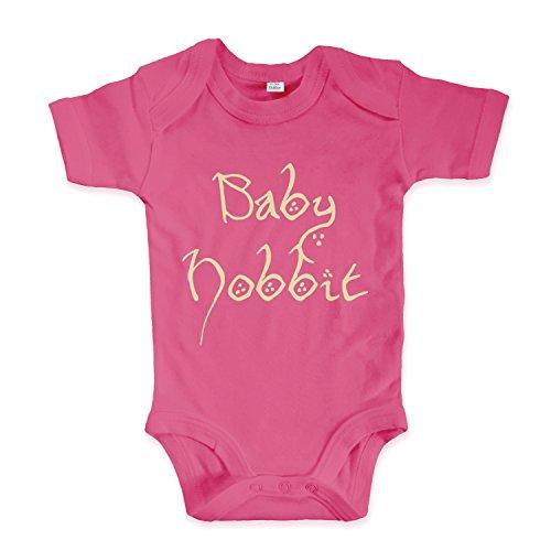 net-shirts Organic Baby Body mit Baby Hobbit Aufdruck Spruch lustig Strampler Babybekleidung aus Bio-Baumwolle mit Zertifikat Inspired by Herr der Ringe, Größe 12-18 Monate, pink