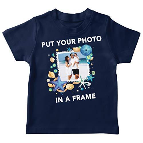 lepni.me T-Shirt für Kinder Individuelle Sommerferienerinnerungen Bilderrahmen Ihr Urlaubsfoto Hier (3-4 Years Dunkelblau Mehrfarben)