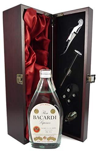 Bacardi Superior Rum Spanish Bottling 1970's 37.5cl in einer mit Seide ausgestatetten Geschenkbox, da zu 4 Weinaccessoires, 1 x 375ml
