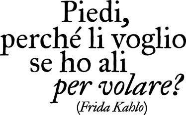 Adesivo murale Frida Kahlo frase'Piedi,perché li voglio se ho ali per volare?',adesivo murale citazione famosa,prodotto Italiano% (68X43 CM)