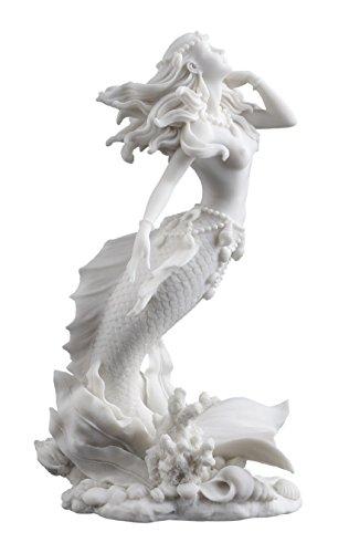 Wunderschöne Meerjungfrau, die vom Meer aufsteigt, Skulptur