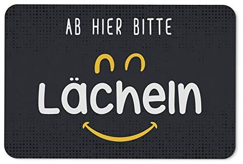 Tassenbrennerei Fußmatte mit Spruch Ab Hier Bitte lächeln - Schmutzmatte lustig - waschbar - Deutsche Qualität - Motivation