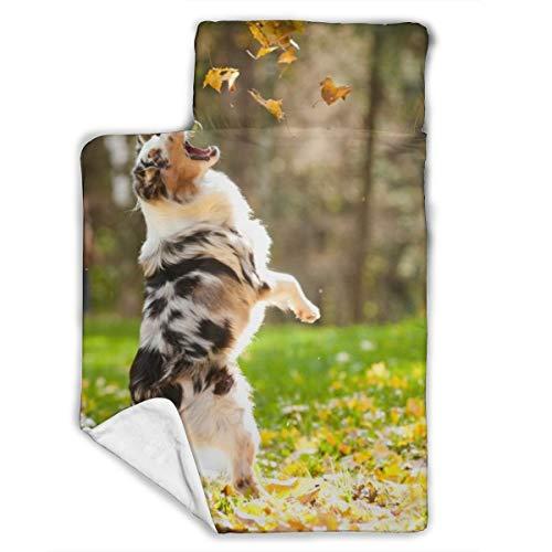 Cavdwa Warme, super weiche Anti-Pilling Flanell Baby Schlafmatte mit Schlafmatte, Decke, Kissen, 109,9 x 53,3 cm, australischer Schäferhund spielt mit gefallenen Blättern