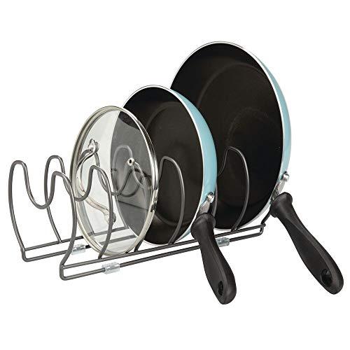 mDesign Soporte para sartenes, tapas y cacerolas – Compacto organizador de tapas de ollas para los armarios de cocina – Estante de metal para utensilios – Ahorra espacio – color grafito
