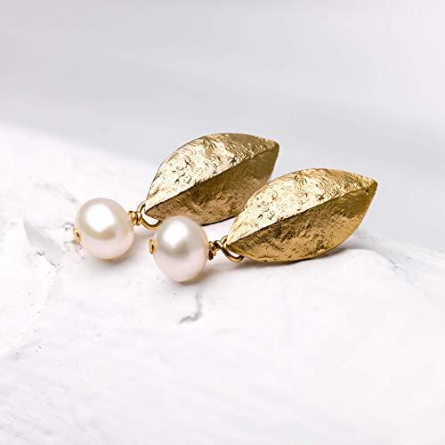 Perlen-Ohrringe gold, schlichte Perlen-Ohrstecker, matt vergoldetes Blatt mit Süßwasserperle, Braut-Schmuck, Hochzeit, handmade Geschenk für Sie
